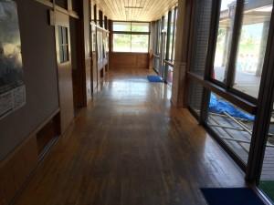 木床研磨塗装施工前・廊下