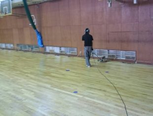 体育館床ウレタン塗装施工中2