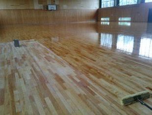 長野県内体育館床の塗装作業