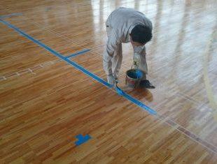 小学校体育館のサンダー掛け後ライン塗装