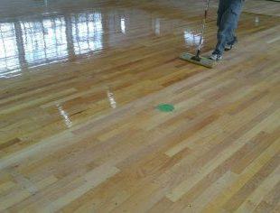 社会体育館床改修工事床のウレタン塗装