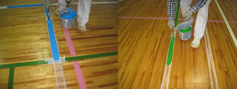 バレーボールコートラインとバドミントンコートラインを引いているようすです。バレーボールコートラインは水色、バドミントンコートラインは緑色が採用されました。