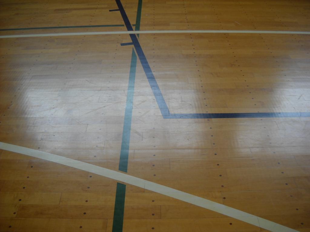 体育館床フローリングに新築当初塗られていたポリウレタン塗装も長年の使用によって摩耗していきます。状態が良く見えても滑りやすくなっているなど、コンディションが失われています。
