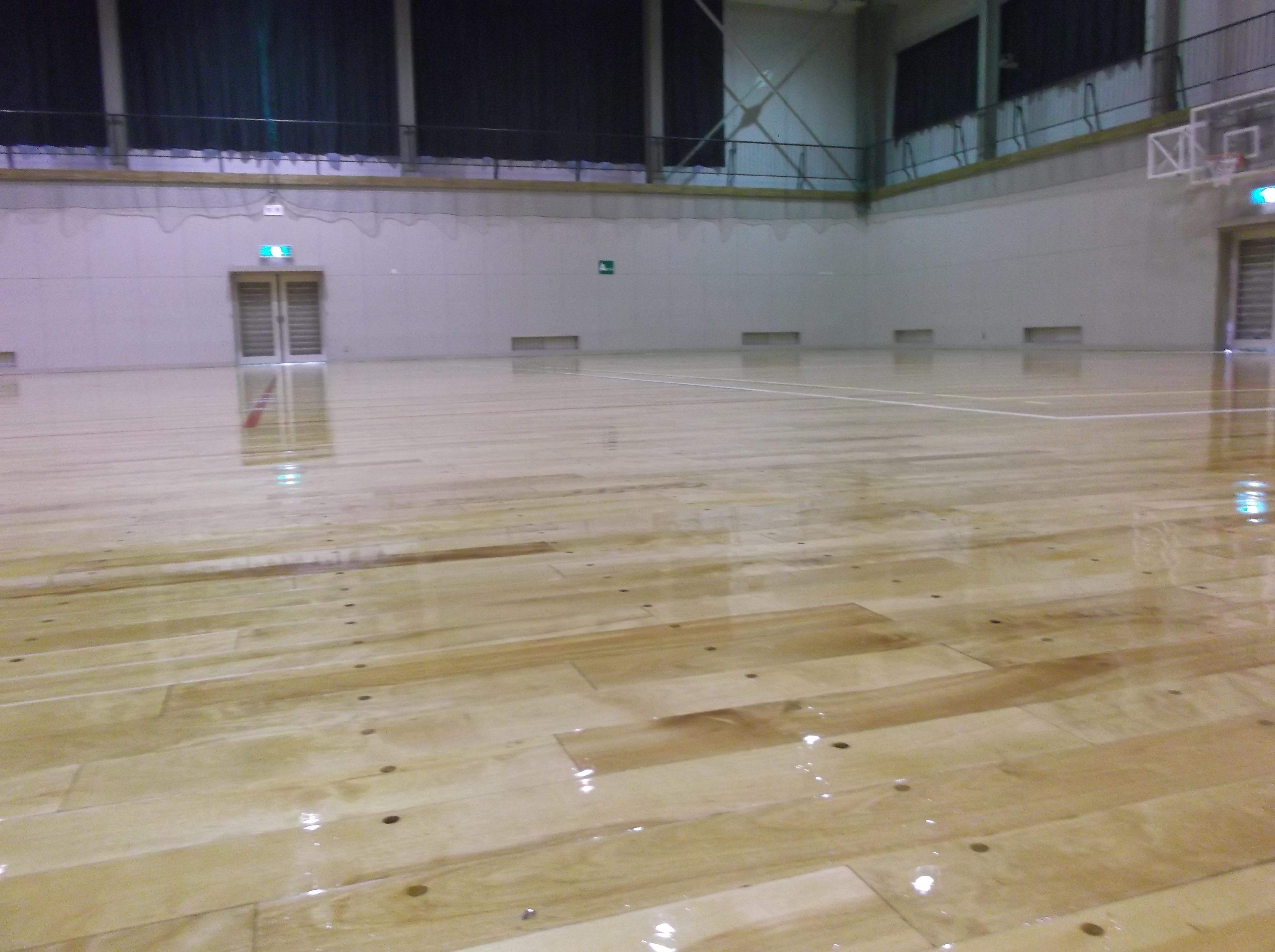 汚れがなくキレイに見える体育館床フローリングでも、利用時の汗や、補給のためのドリンクなどが飛び散り油脂や汚れとなってこびりついています。