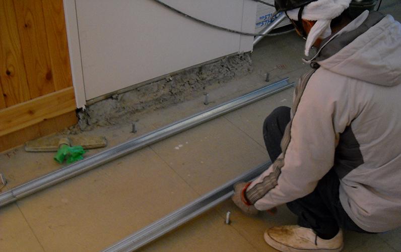 埋め込み式の鋼製床下地工事のようすです