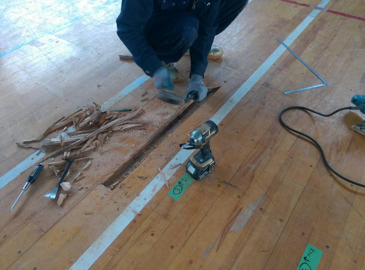 床修繕工事の様子