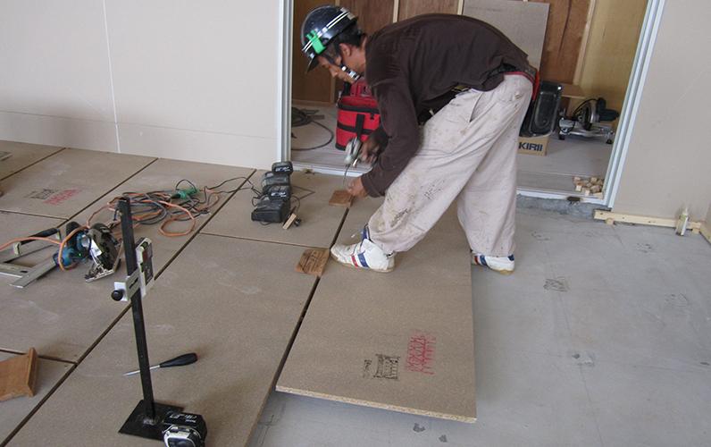 高校様の置き床工事です。コートラインプロでは日ごろから床下地工事に携わっています。