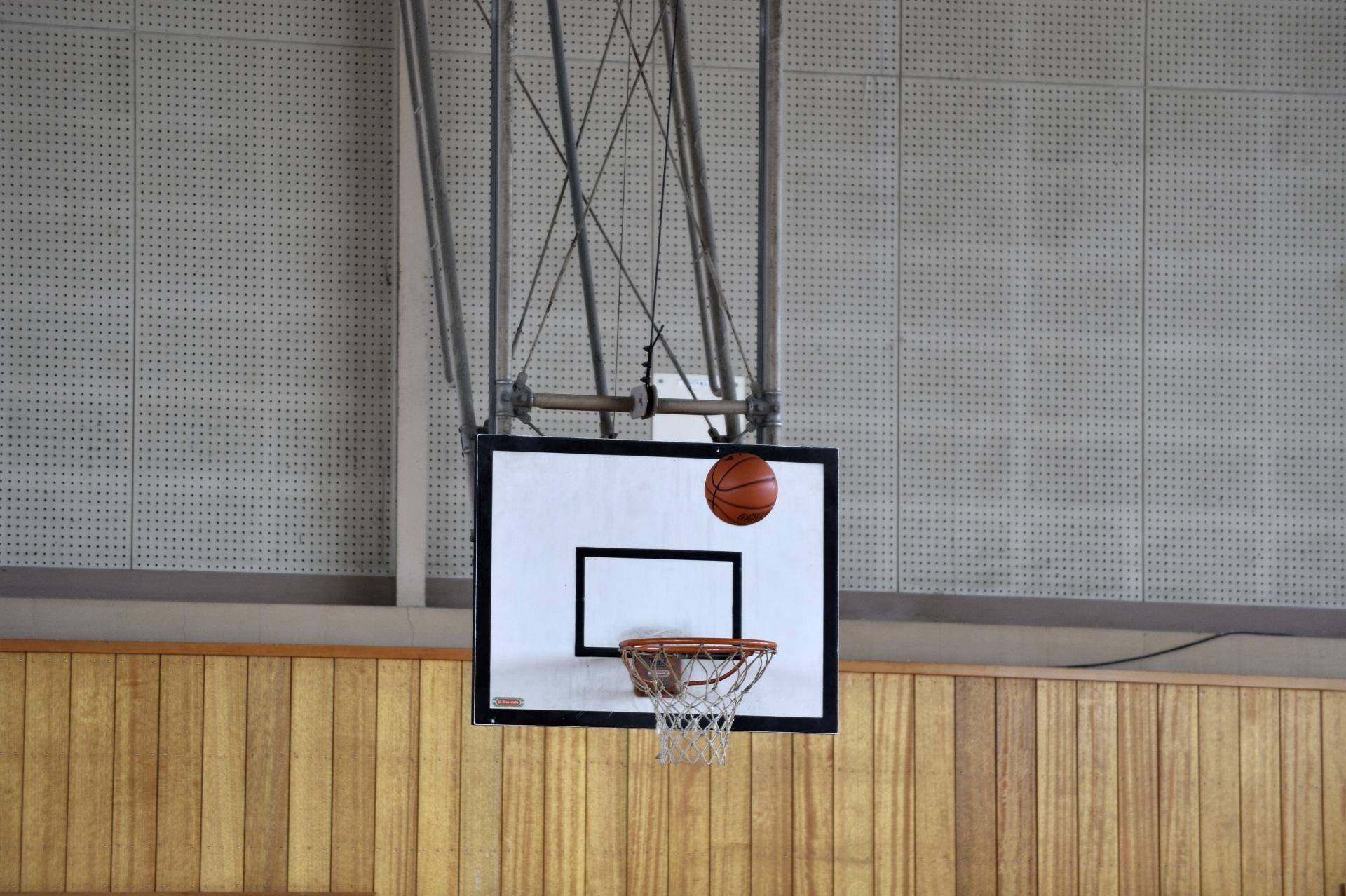 吊り下げ式のバスケットボールゴールは耐震化が進められています