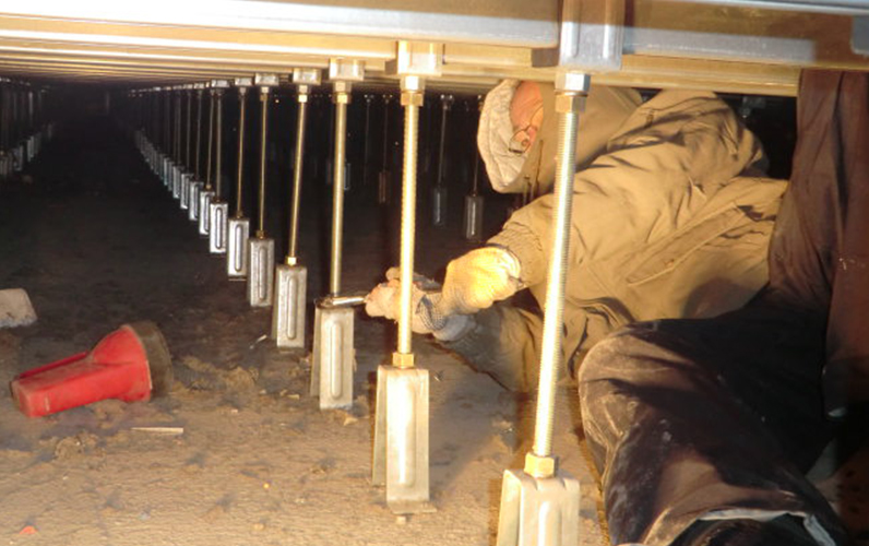 既存鋼製床のレベル調整も行っています。ただし床高がある程度必要です