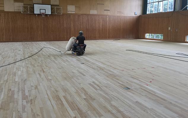 床研磨塗装のようす。フローリング研磨もフローリング塗装も承っています。