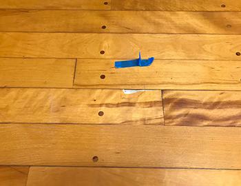 体育館の床打痕傷補修